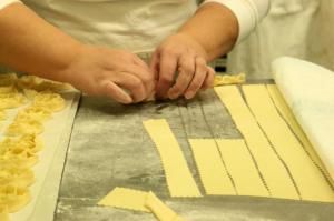 La pasta stesa a strisce dentellate.Paola Ricci©Photo
